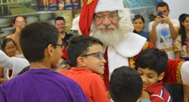 Papai Noel distribui presentes aos pacientes do Ceir